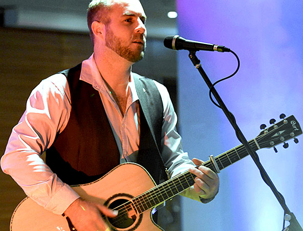 Acoustic Soloist Sydney Chris - Musicians Singers